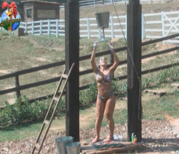 Dani Bolina não se importou de tomar banho ao ar livre na Roça (2/09/11)