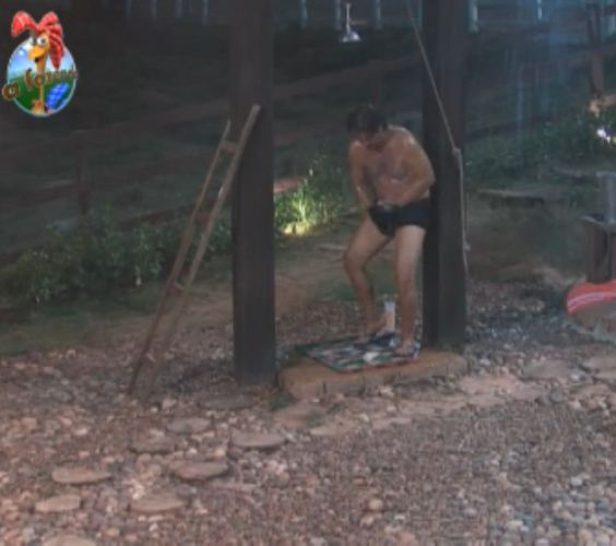 Corajoso, João Kléber tomou banho gelado durante a noite na Casa da Roça (2/09/11)