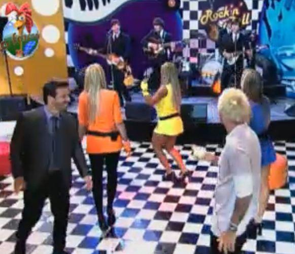 Peões dançam ao som de