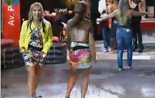 A fazendeira Anna Markun dança com Renata Banhara (22/07/11)