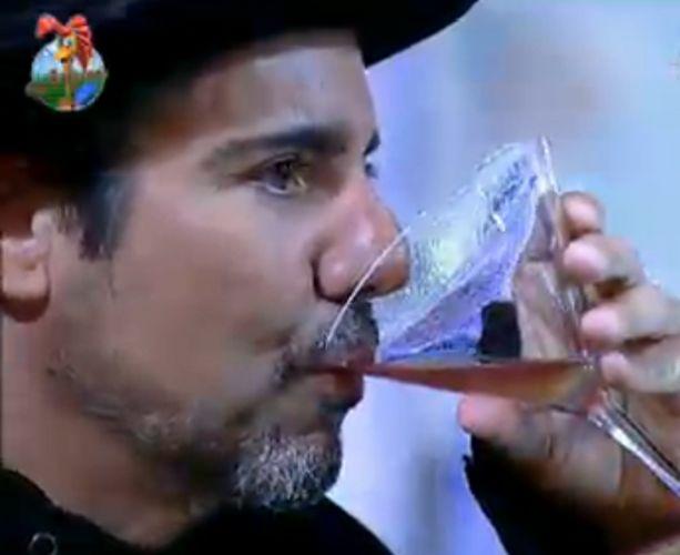 João Kléber vira um copo de bebida (29/7/11)
