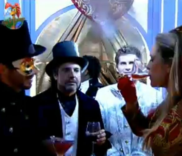 Joana Machado mostra para peões que consegue virar um copo de bebida (29/7/11)