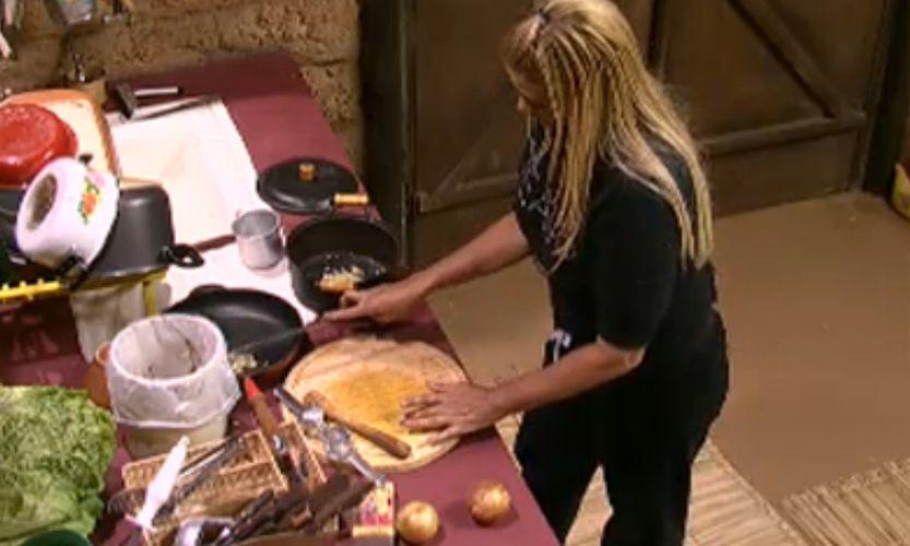 Na Roça, Monique assumiu o posto de cozinheira (2011)