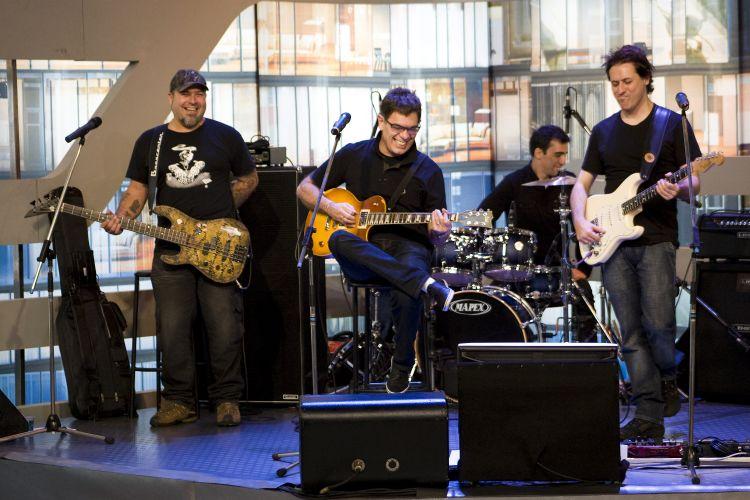 Contribuindo com a música e conteúdo, o Ultraje a Rigor é a banda oficial do
