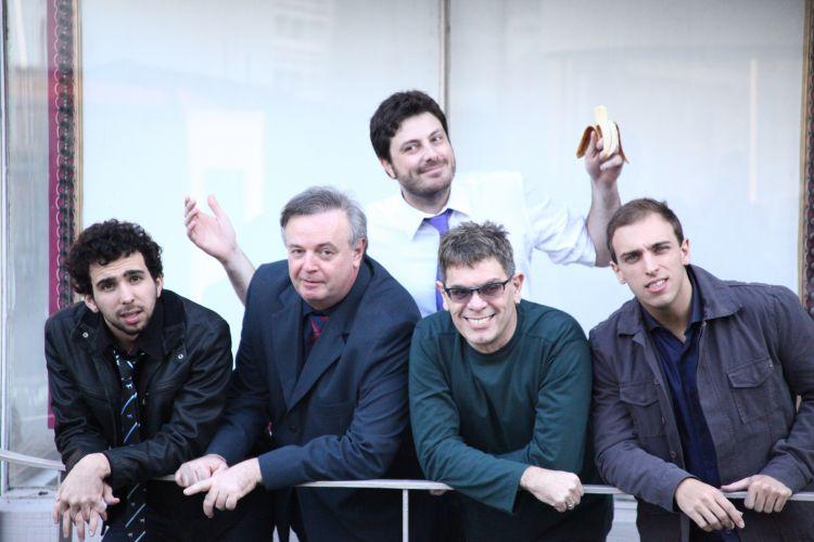 Da esquerda para a direita, Murilo Couto, Marcelo Mansfield, Danilo Gentili, Roger e Léo Lins. Os humoristas e o músico são colaboradores do