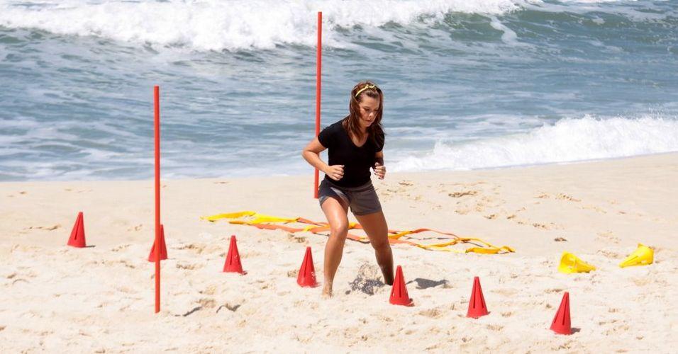 Em boa forma, a atriz Fernanda Souza percorre a pista de obstáculos montada na praia da Reserva, zona oeste do Rio, para o programa