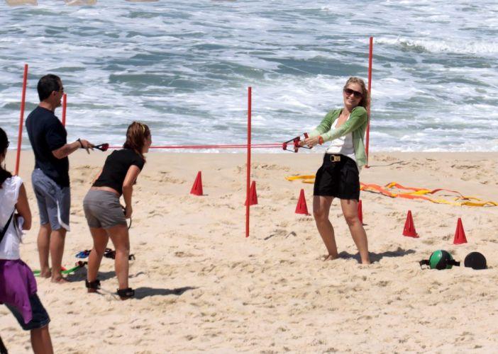 Angélica ri durante as gravação com Fernanda Souza na praia da Reserva, zona oeste do Rio (3/11/2010)