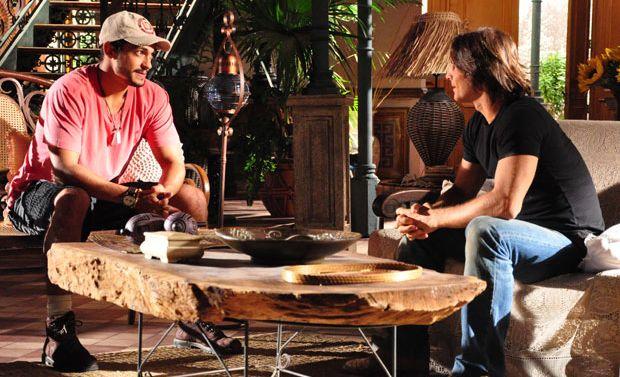 Fred (Raphael Viana) procura Solano (Murilo Rosa) para contar que cometeu um erro.