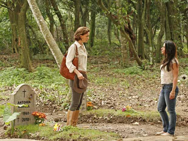 A conversa com Mariquita (Laura Cardoso) abalou Amélia (Júlia Lemmertz), tanto que logo depois ela resolve visitar o túmulo da eterna rival, Antoninha (Regina Duarte). Ela caminha até o túmulo e chegando lá, faz uma silenciosa prece. Assim que se levanta para ir embora, dá de cara com Estela (Cleo Pires) que chegou ali sem ser notada e leva um susto. A tensão se instala entre as duas e Estela questiona Amélia que consegue se esquivar e vira a mesa. A cena vai ao ar na sexta-feira (29/10/2010)