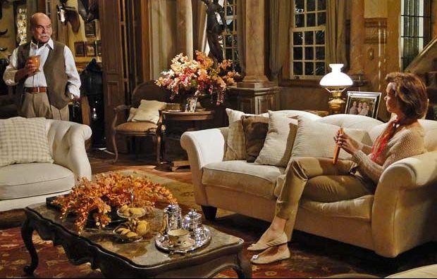 Max (Lima Duarte) e Amélia (Júlia Lemmertz) estão na sala da fazenda. Ele bebe seu mate enquanto a observa ler um livro no sofá. Mais tarde ele se aproxima, fecha o livro dela e a puxa pelas mãos. Amélia tenta se esquivar das investidas do marido, até que ele se irrita e nervoso, a segura pelos braços e a sacode. Paralisada, Amélia tenta falar alguma coisa, mas ele não deixa. A cena vai ao ar nesta quarta-feira (10/11/2010)