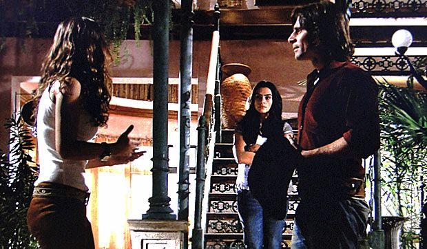 Estela (Cleo Pires) pode ser tudo, menos discreta. Solano (Murilo Rosa) e Manuela (Milena Toscano) estão frente a frente, prestes a começar um bate-boca, quando ela aparece no alto da escada disposta a escutar a conversa dos dois. A morena fica alguns instantes com o ouvido aguçado, curiosa. Tempo suficiente para ouvir Manuela explicar sobre a presença de Vitor (Thiago Fragoso) no quarto dela, em Goiânia. A cena vai ao ar na quinta-feira (11/11/2010)