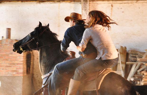 Determinado a encontrar Manuela (Milena Toscano), Solano (Murilo Rosa) segue indícios pela estrada e percebe que pode estar na pista certa. Ele chega diante de uma porteira e, subitamente, avista o cavalo da moça. Enquanto isso, Manuela cuida dos animais e tenta ganhar tempo. Quando os bandidos estão prestes a dar cabo da mocinha, Solano chega a cavalo e resgata Manuela, colocando-a na garupa. A cena vai ao ar nesta quarta (1/12/10)