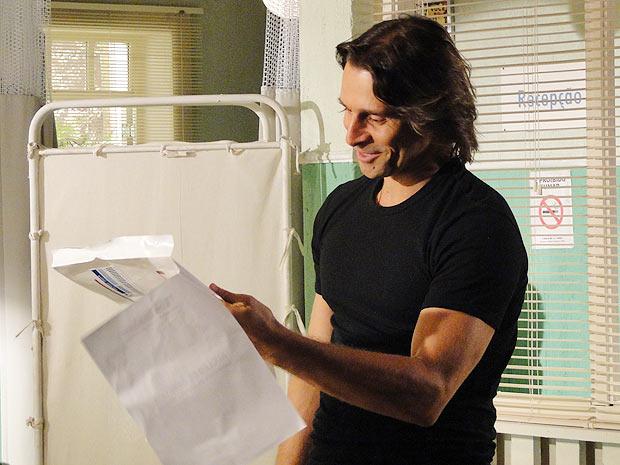 Solano (Murilo Rosa) entra na sala de Dr. Ricardo (Eduardo Coutinho) nervoso e assim que bate os olhos em Estela (Cleo Pires) se acalma. Ricardo percebe a aflição de Solano.