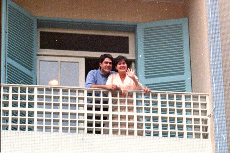 Apresentadores William Bonner e Fátima Bernardes na sacada de sua casa no Rio de Janeiro (23/10/1997)