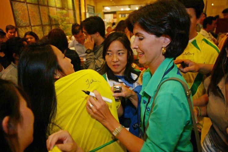 No saguão do hotel onde a Seleção Brasileira estava hospedada, a apresentadora e jornalista da Globo, Fátima Bernardes, fez sucesso com torcedores brasileiros que vivem no Japão (23/06/2002)