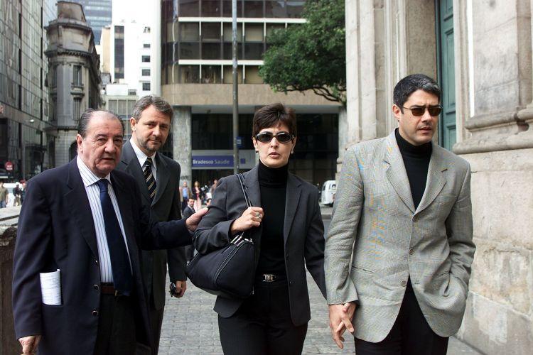 O casal de apresentadores Fátima Bernardes e William Bonner, chega para a missa de sétimo dia do empresário e jornalista Roberto Marinho no Rio de Janeiro (07/08/2003)