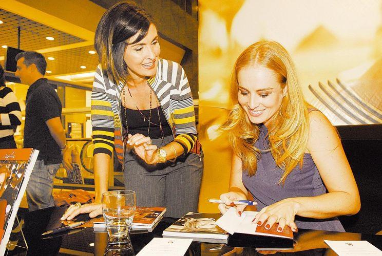 A apresentadora Angélica autografa o livro