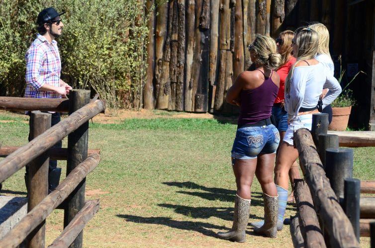 De surpresa, Mion aparece na fazenda e avisa peoas que passará a manhã ajudando com os animais (05/10/11)