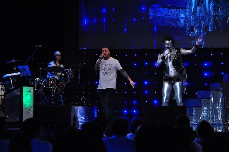 Freddie Mercury Prateado se apresenta ao lado da banda CPM22 no especial de fim de ano da RedeTV!.