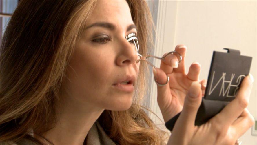A apresentadora Luciana Gimenez dá os últimos retoques na maquiagem. A cena será exibida em