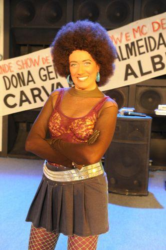 Caracterizada como a funkeira Shirley Pitboa, a atriz Lilia Cabral posa para foto em um intervalo de gravação do