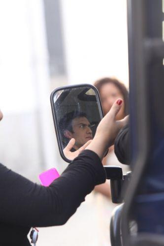 O ator Gabriel Braga Nunes é visto pelo espelho do retrovisor do carro do vilão Léo, de