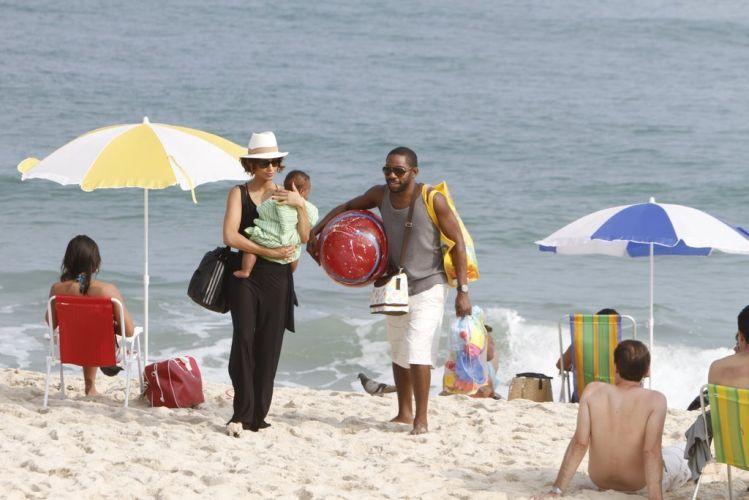 André (Lázaro Ramos) e Carol (Camila Pitanga) levam o filho Antônio à praia da Macumba, no Rio. É a primeira vez que o bebê vê o mar. Apesar de não estarem mais juntos, os dois decidiram dividir os cuidados com o pequeno. A cena da novela