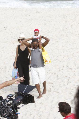 André e Carol levam o filho Antônio à praia da Macumba, no Rio. É a primeira vez que o bebê vê o mar. Apesar de não estarem mais juntos, os dois decidiram dividir os cuidados com o pequeno. A cena da novela