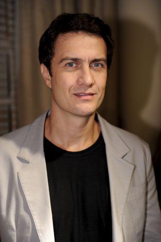 Léo (Gabriel Braga Nunes)