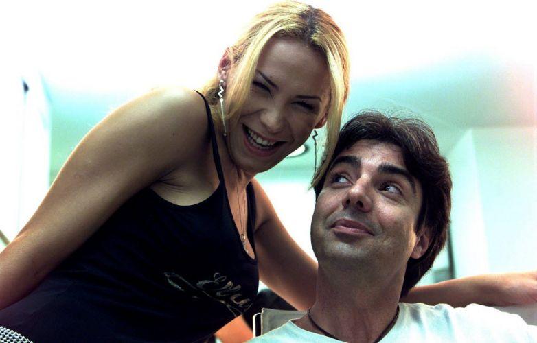 João Kleber posa com a transexual Taila Dickmann, no camarim da Rede TV! (2001)