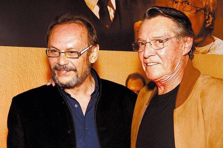 Ao lado do ator José Wilker, John Herbert posa no lançamento do livro