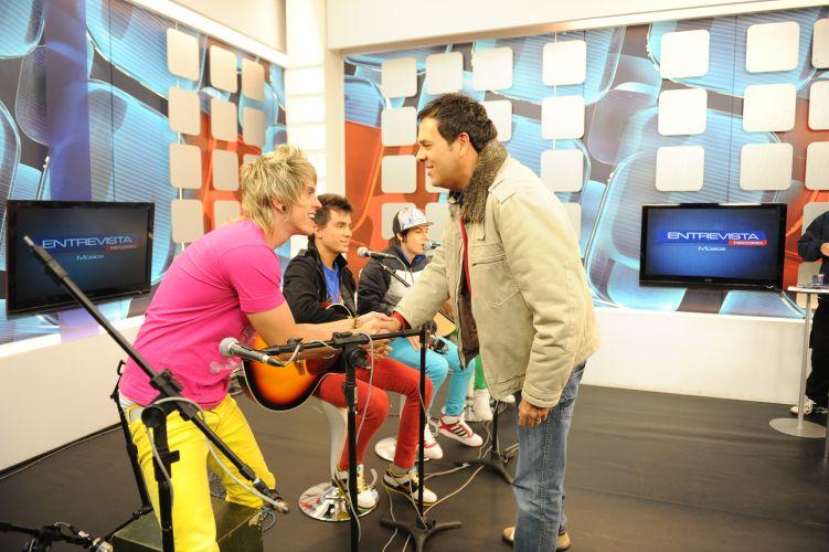 Ao chegar no estúdio, Marco Camargo cumprimenta Thomas, baterista da banda Restart (29/6/11)