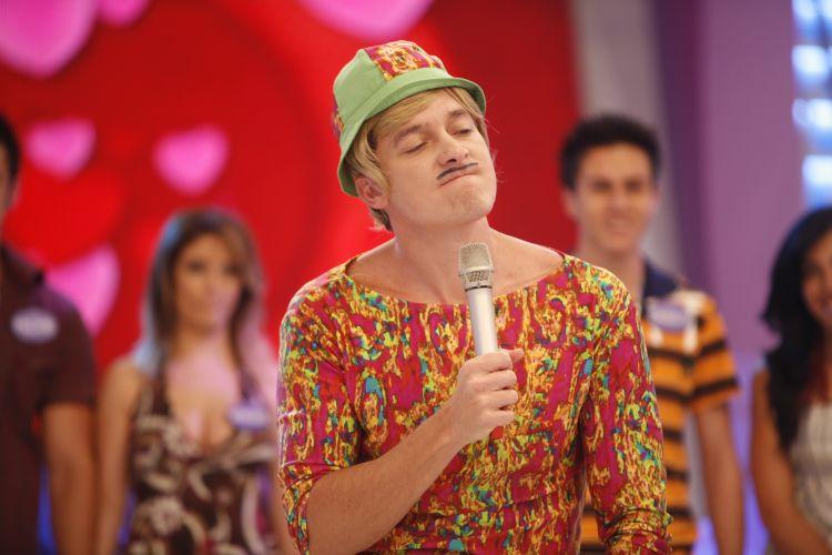 Rodrigo Faro coloca um bigodinho e lança mão de chapéu para se vestir de Tiririca no quadro