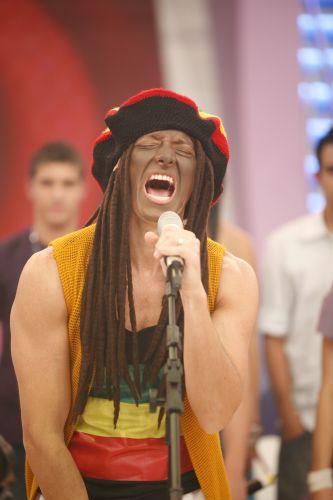 Rodrigo Faro pintou o rosto para se transformar em Bob Marley no quadro