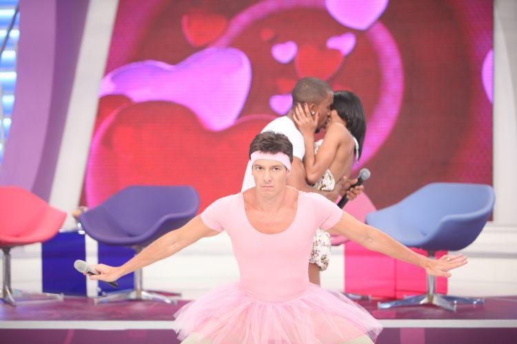 Com uma tiara rosa na cabeça e colant, Rodrigo Faro vira uma bailarina no quadro