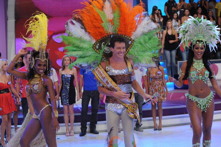 Com direito a esplendor e faixa, Rodrigo Faro se veste de rainha de bateria no quadro