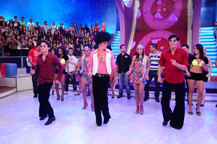 Rodrigo Faro vai ter que dançar sucessos dos anos 70 sempre que sair um beijão entre os participantes do quadro