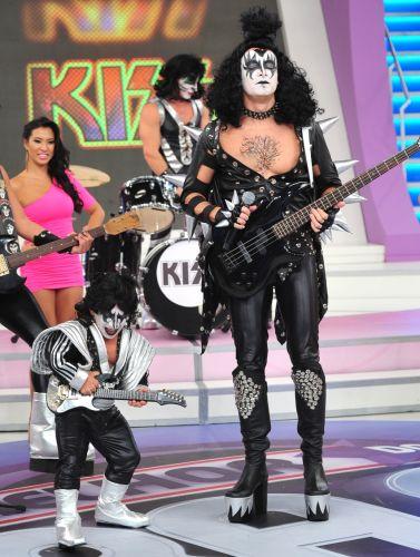 Rodrigo Faro está em clima de rock'n'roll e faz uma homenagem a banda Kiss. Com roupa de couro preto, baixo em punho, peruca e rosto pintado, o apresentador, acompanhado de dois bailarinos e do anão Pirulito, todos representando integrantes do grupo, colocam a plateia pra dançar ao som de