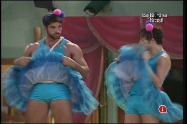 Cadu e Serginho de bailarinas