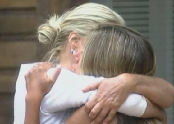 Monique chora e abraça Raquel(10/10/11)