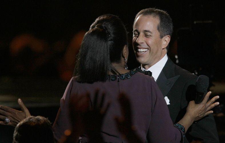 A apresentadora Oprah Winfrey recebe o abraço do humorista Jerry Seinfeld durante a gravação do último programa