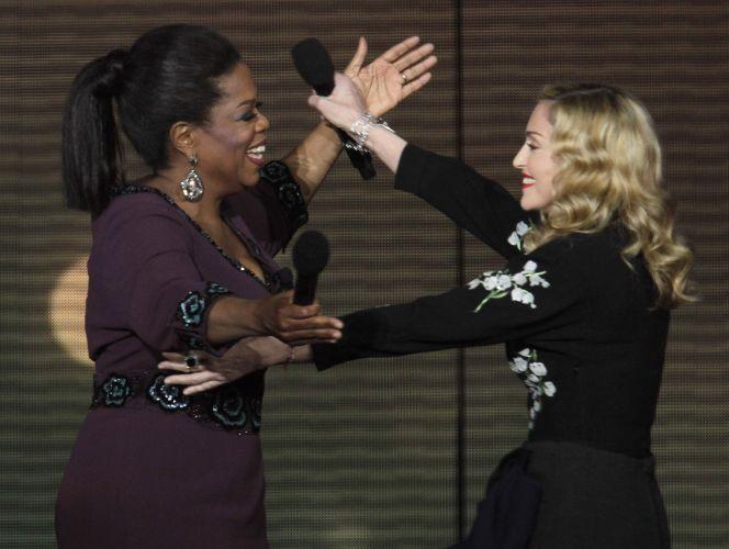 Oprah Winfrey (esq.) recebe a cantora Madonna (dir.) na gravação de seu último programa, que ganhou o nome de