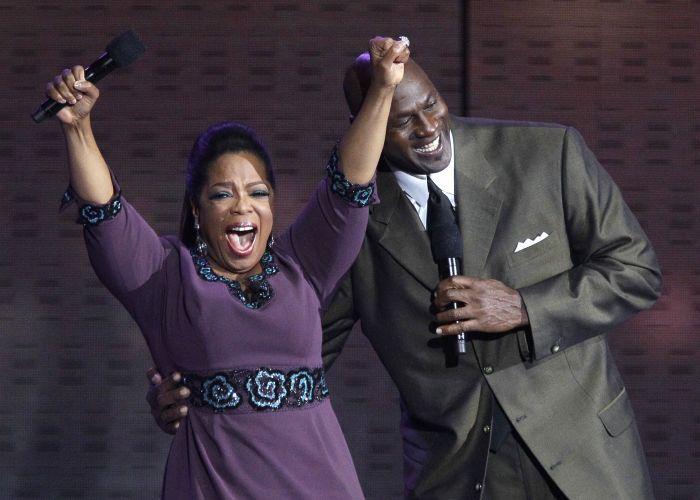 A apresentadora Oprah Winfrey diverte-se ao lado do ex-jogador de basquete Michael Jordan durante a gravação do seu último programa, no United Center, em Chicago (17/5/2011). O programa será dividido em duas partes e será exibido nos dias 23 e 24 de maio nos Estados Unidos