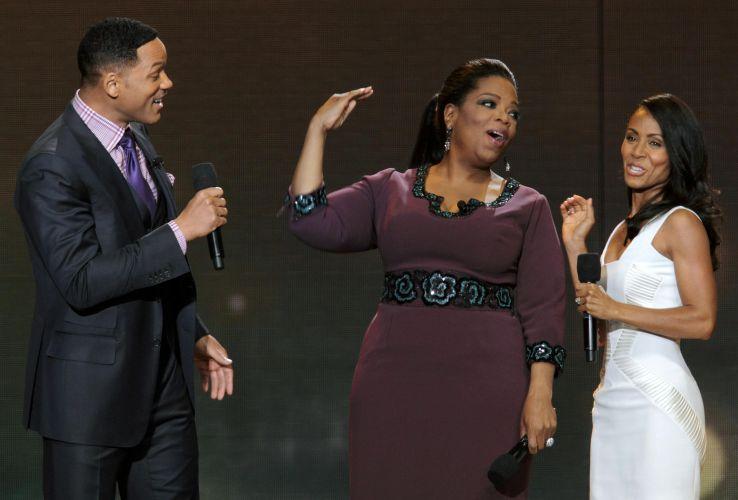 A apresentadora Oprah Winfrey (ao centro) conversa com o casal de atores Will Smith e Jada Pinkett-Smith na gravação do último