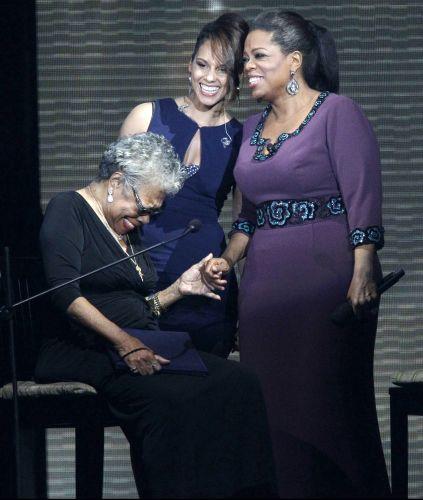 A escritora Maya Angelou (sentada), a cantora Alicia Keys (ao centro) e Oprah Winfrey (dir.) conversam durante a gravação do último