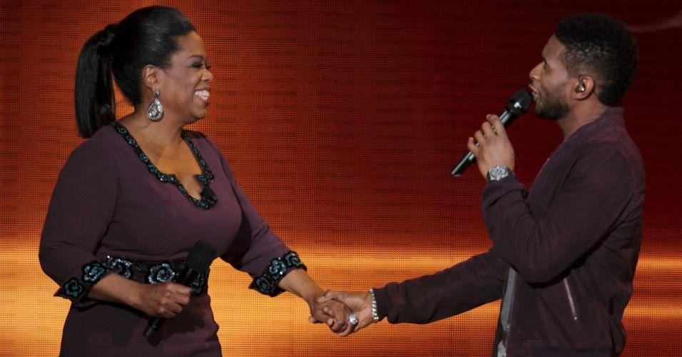 O cantor Usher canta para Oprah Winfrey na gravação do último