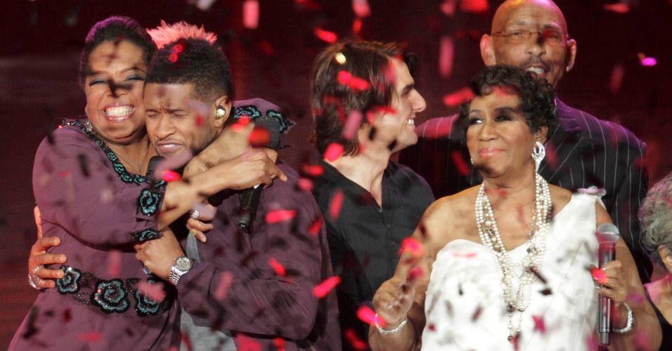 Oprah Winfrey abraça o cantor Usher na gravação do último