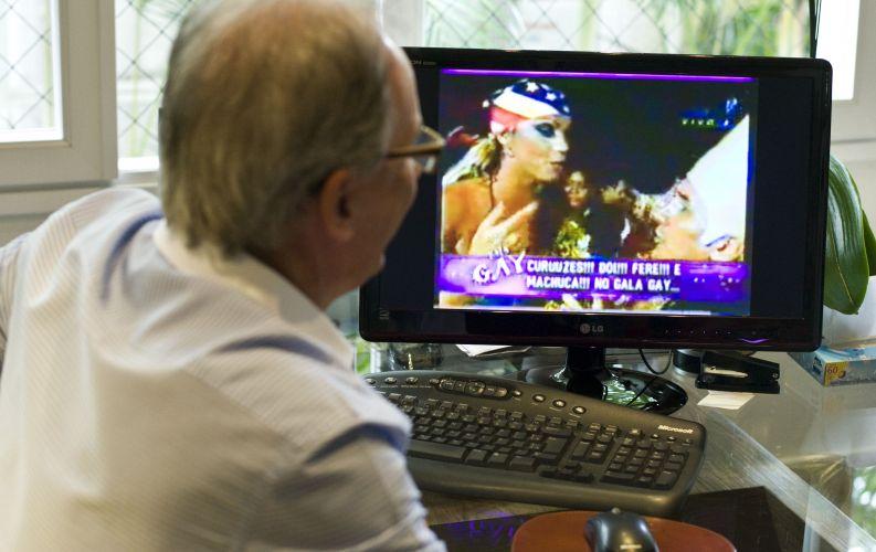 Otávio Mesquita começou a carreira como repórter em bailes de Carnaval no Rio de Janeiro. Na foto, o apresentador mostra um vídeo polêmico de uma cobertura que fez do Gala Gay, quando trabalhava na RedeTV! (12/5/2011)
