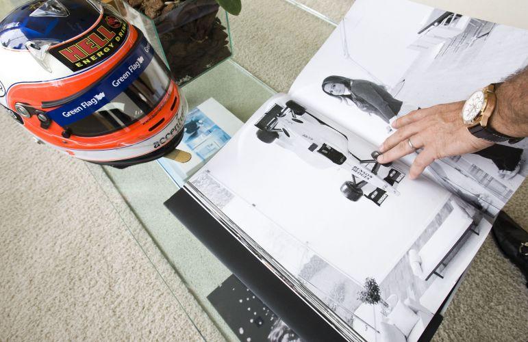 Otávio Mesquita mostra o livro-álbum que mandou fazer com fotos de suas paixões: a mulher, Melissa Wilmann e o automobilismo (12/5/2011)