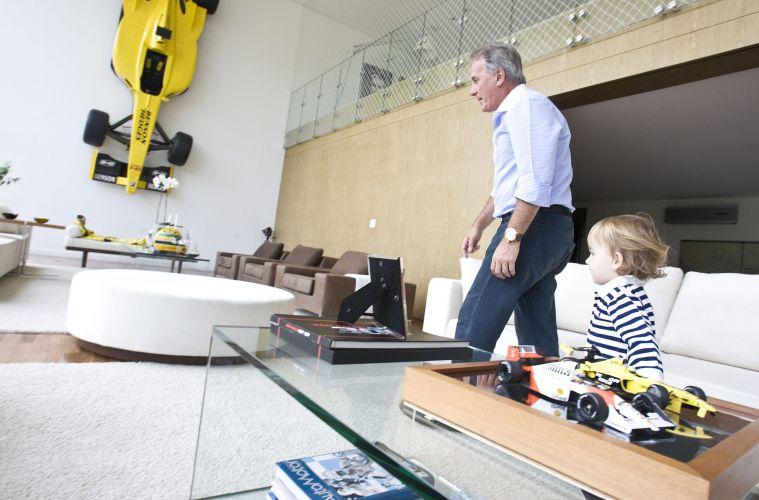 Otávio Mesquita brinca com o filho Pietro, na manhã desta quinta-feira, em sua casa no Morumbi, zona sul de São Paulo (12/5/2011)